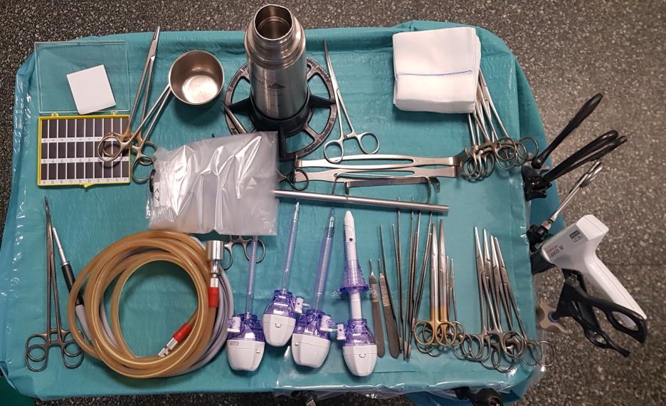 veduta dall'alto di tavolino operatorio con strumenti laparoscopici